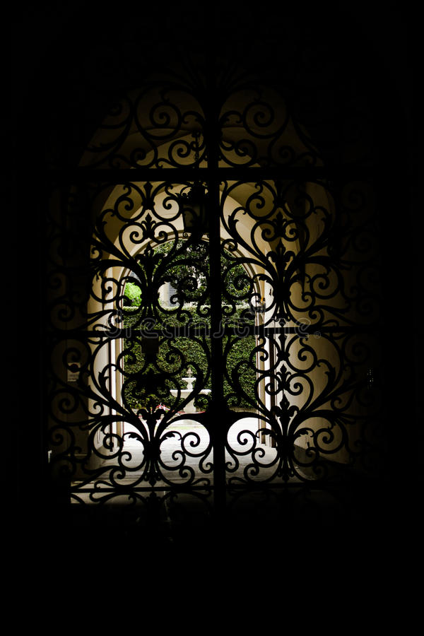 Jardin caché derrière la porte images stock