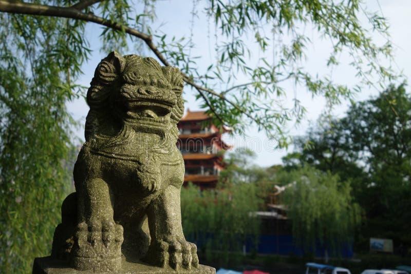 Jardin chinois de lion en pierre puissant image libre de droits