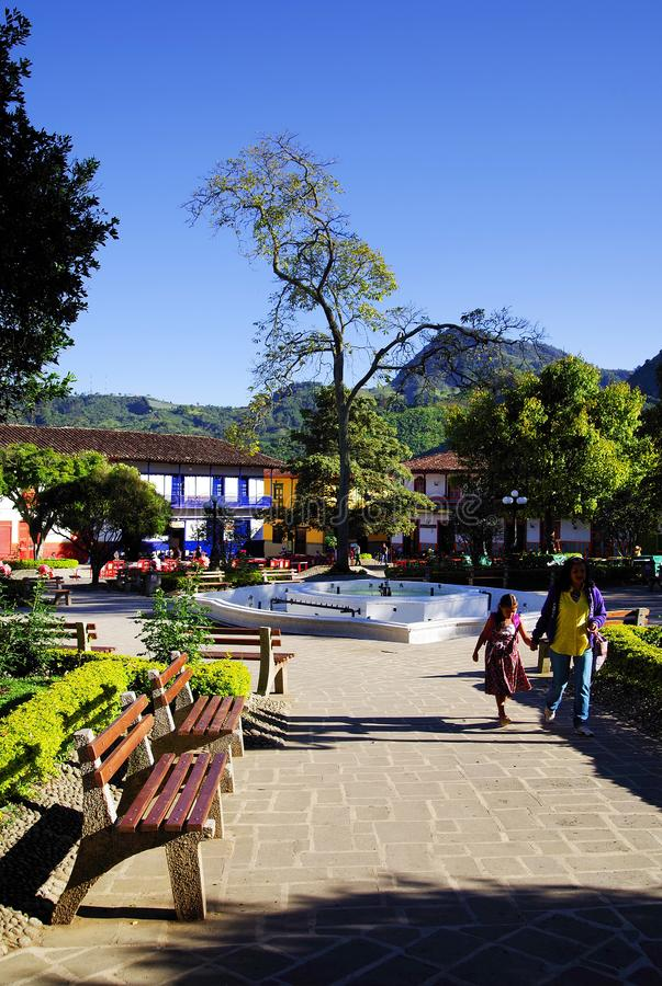 JARDIN COLOMBIA, AUGUSTI 14, 2018: Rektorn Park i den pittoreska staden av Jardin royaltyfria bilder
