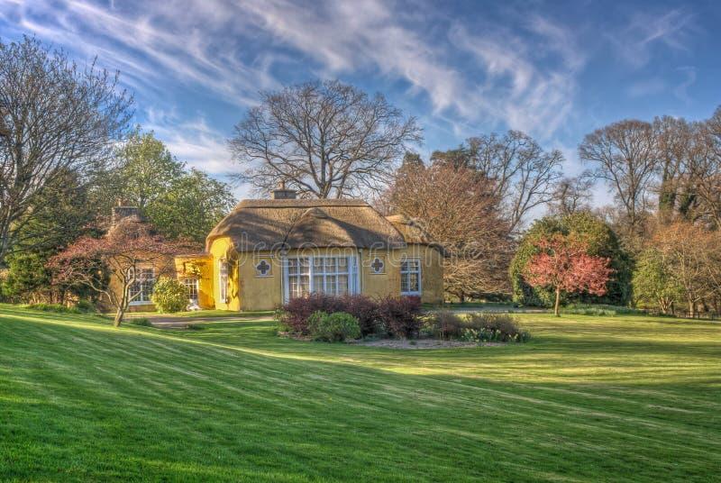 Jardin couvert de chaume d'été de l'Irlande de cottage photo libre de droits