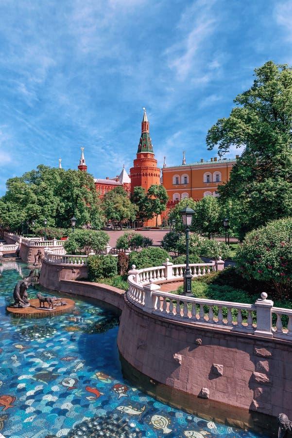 Jardin d'Alexandrovsky au printemps Sculptures de Tsereteli images stock