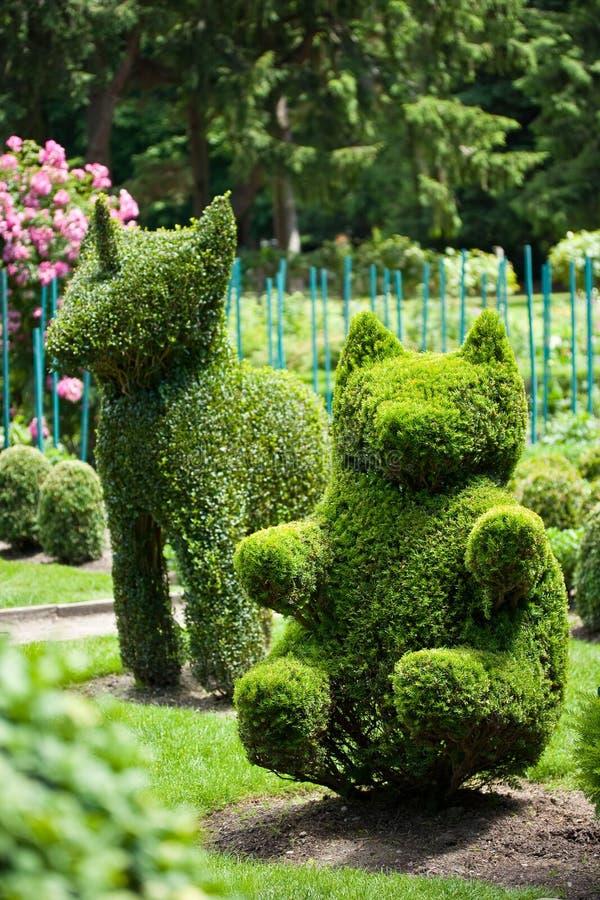 Jardin d'art topiaire de licorne et d'ours photos libres de droits