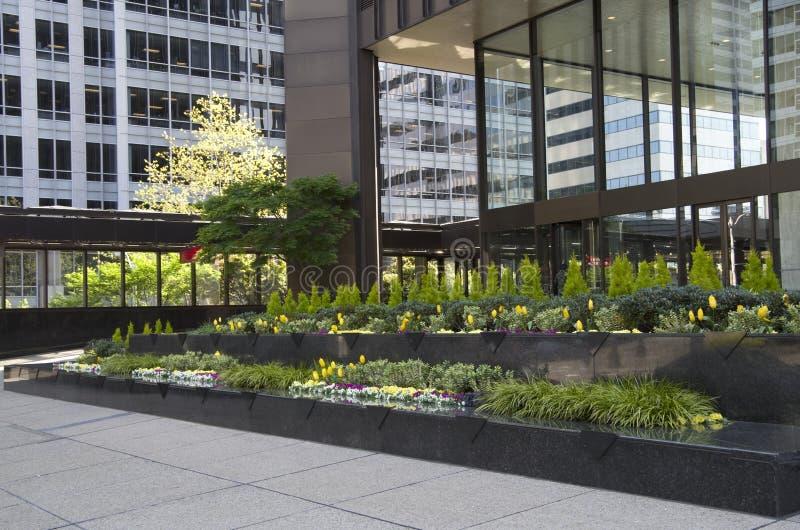 Jardin d'avant d'immeuble de bureaux photographie stock libre de droits