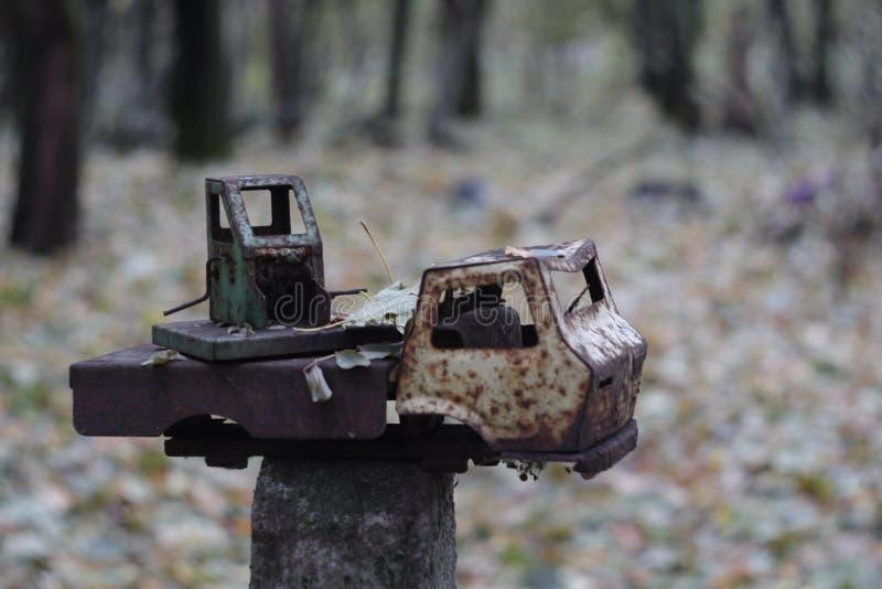 Jardin d'enfants abandonn? dans la zone d'exclusion de Chernobyl Jouets perdus, une poup?e cass?e L'atmosph?re de la crainte et d images stock