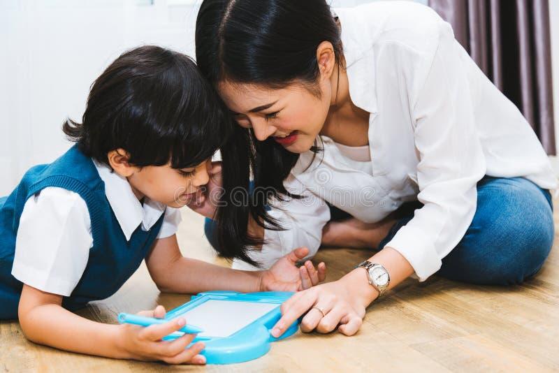 Jardin d'enfants de fils de garçon d'enfant d'enfant et beau dessin d'enseignement d'éducation de mère ensemble images libres de droits