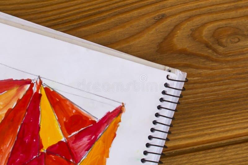 Jardin d'enfants et école Peinture rouge et jaune Créativité du ` s d'enfants Triangle rouge images stock
