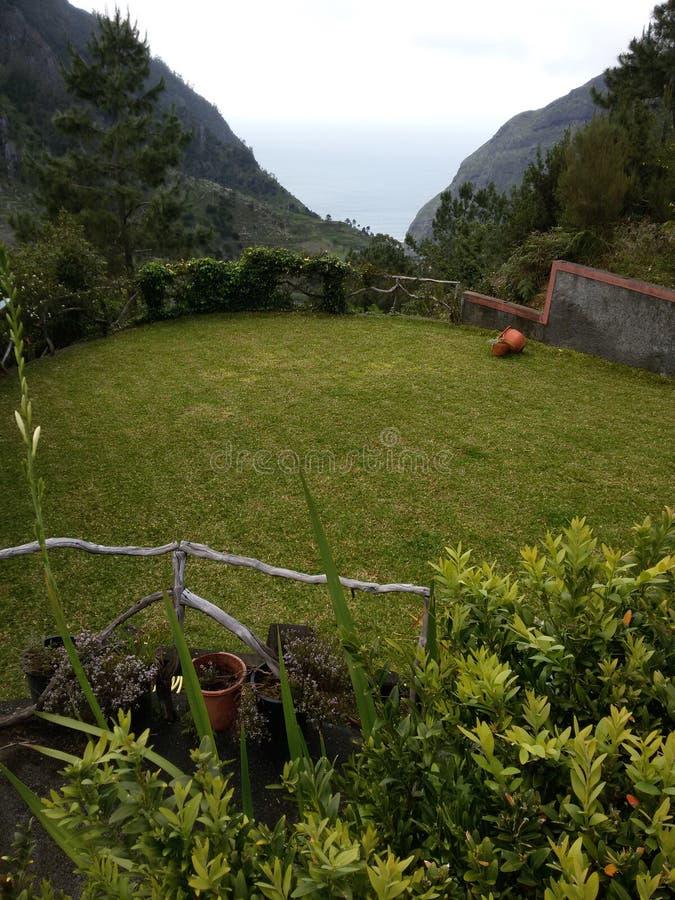Jardin dans la maison de campagne photo stock