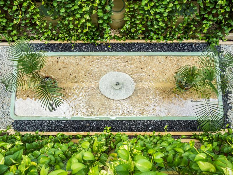 Jardin de Balinese avec la fontaine photo libre de droits