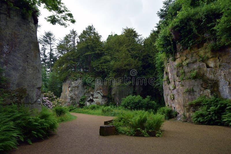 Jardin de carrière de Belsay dans Nortumberland photos stock