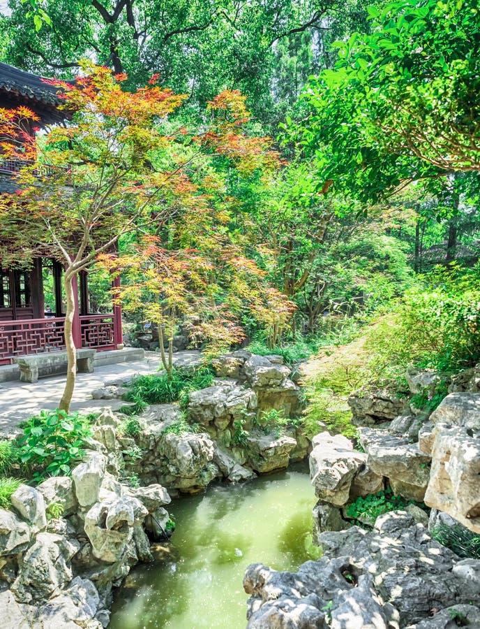 Jardin de chinois traditionnel avec des roches et des étangs aux jardins de Yu, Changhaï, Chine images libres de droits
