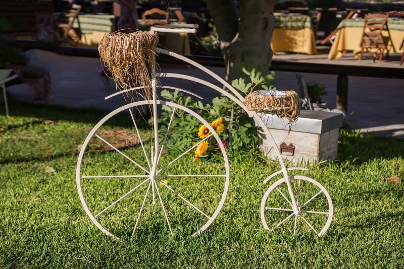 Jardin de fleurs décoratif de panier d'Old Bicycle Equipped de modèle de vintage Photo modifiée la tonalité photos libres de droits