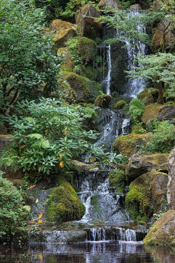 Jardin de Japonais de cascade à écriture ligne par ligne image libre de droits