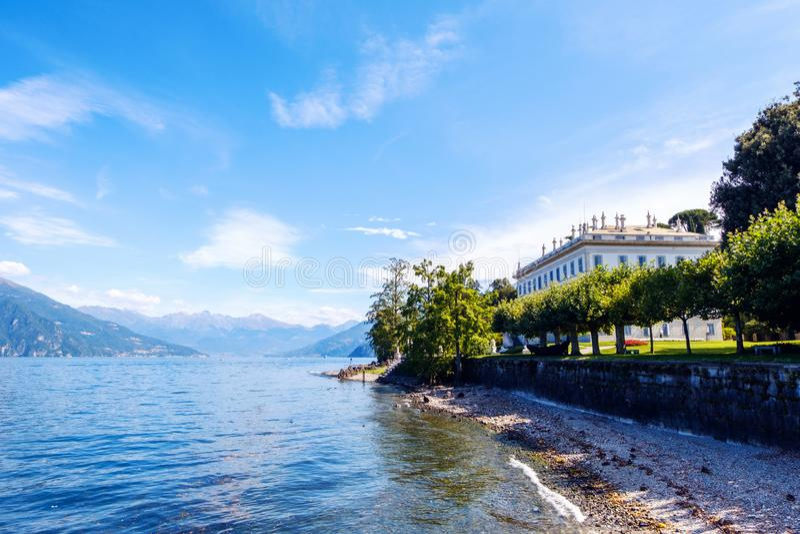 Jardin de Melzi de villa et lac Como dans un jour ensoleillé photos libres de droits
