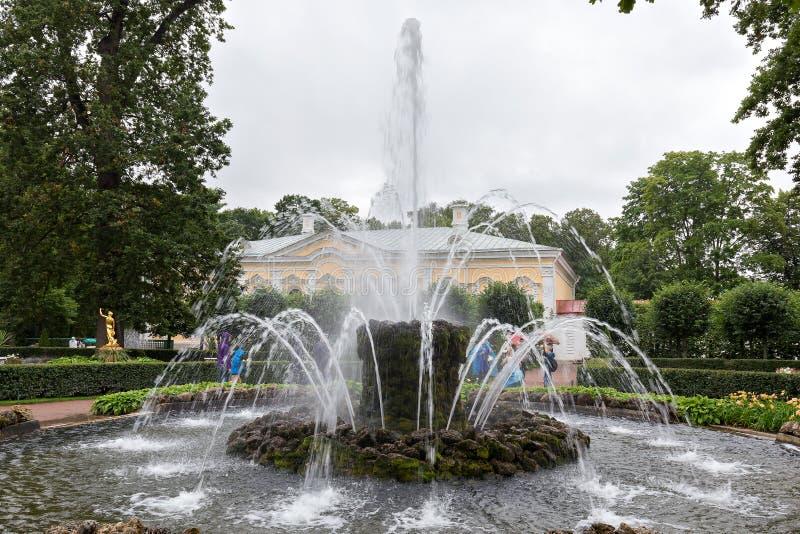Jardin de Monplezirsky, fontaine Snop Peterhof, St Petersbourg photos stock