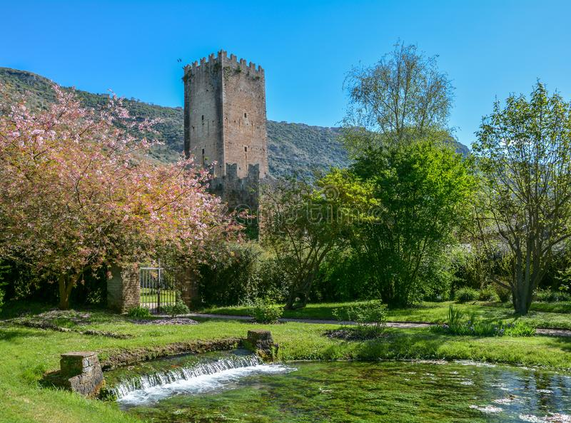 Jardin de Ninfa, jardin de paysage dans le territoire des Di Latina de cisterna, dans la province de Latina, l'Italie centrale photo stock