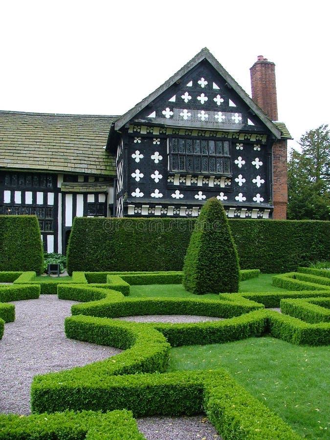 Download Jardin de noeud image stock. Image du herbe, noeud, arbre - 89231