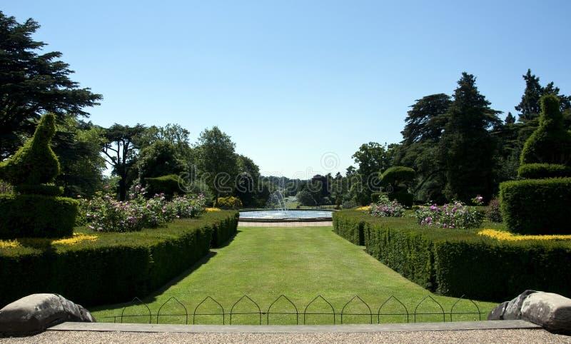 Jardin de paon au château de Warwick photos stock