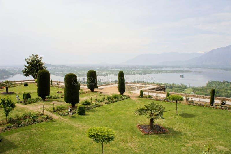 Jardin de Pari Mahal Mughal avec le lac dal, Srinagar images libres de droits