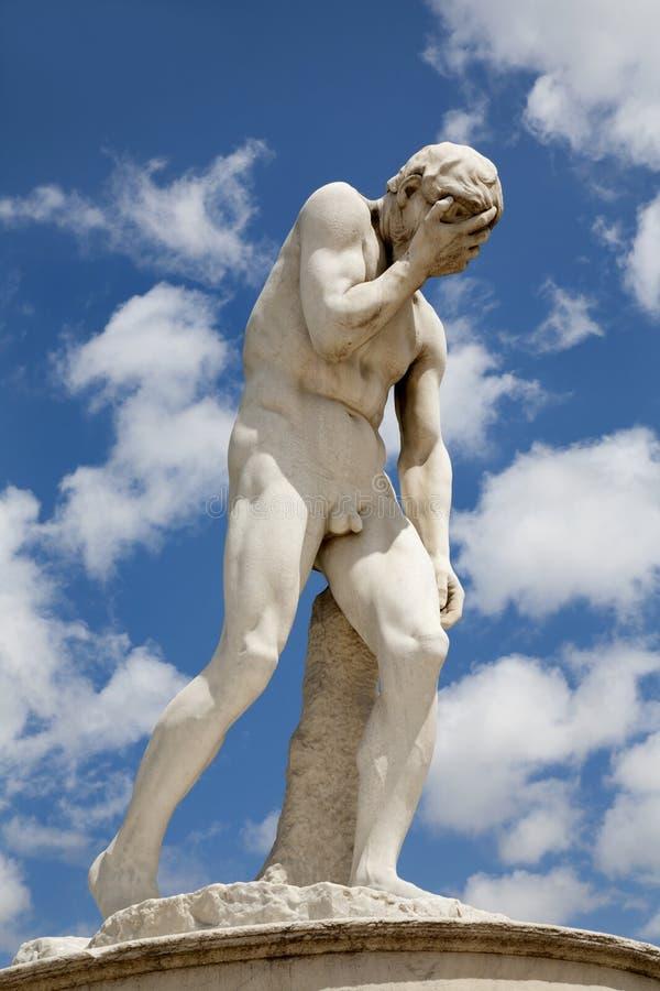 Jardin de Paris - de Tuileries - statue de Caïn photo libre de droits