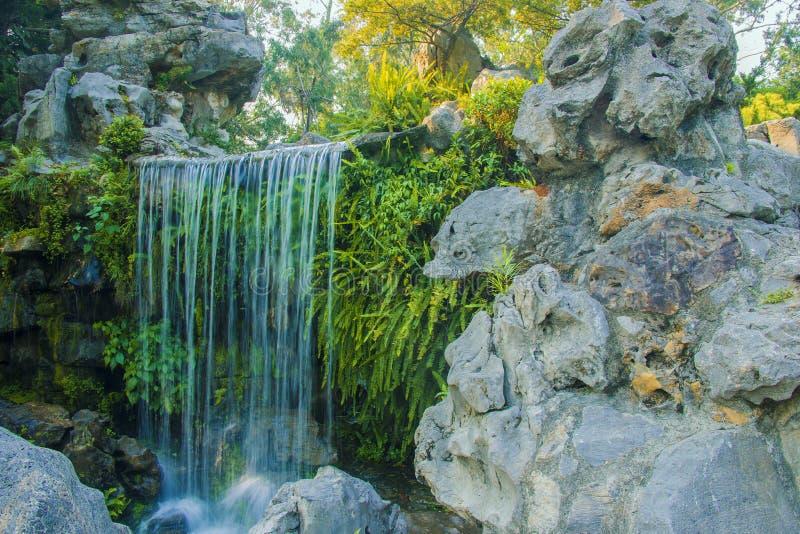 Jardin de rocaille et cascades photographie stock libre de droits