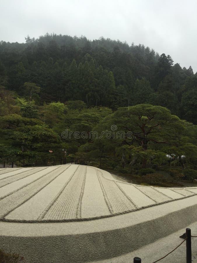 Jardin de roche, avec la voie d'eau en bambou images libres de droits