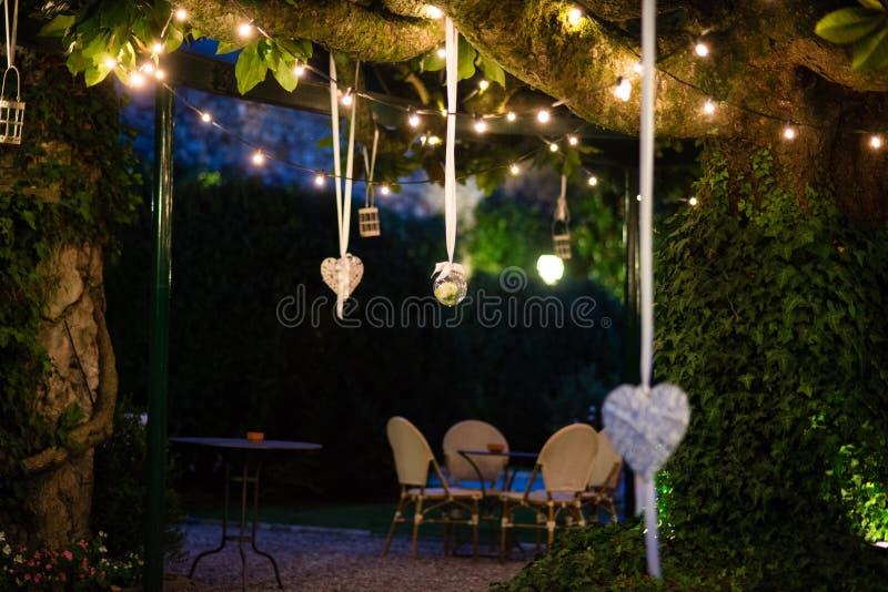 jardin de villa avec le grand arbre de magnolia avec accrocher de beaucoup de lanternes photo libre de droits