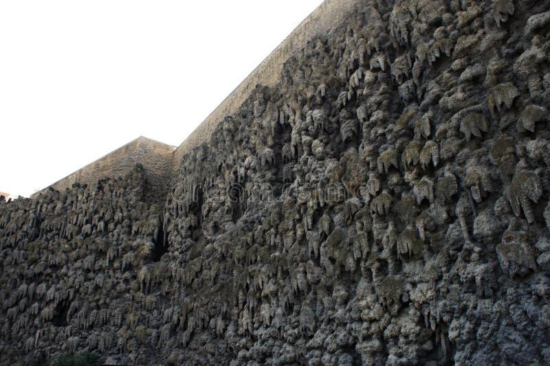 Jardin de Waldstein avec le mur mystérieux et artificiel de stalactite par Arian de Vries photographie stock libre de droits