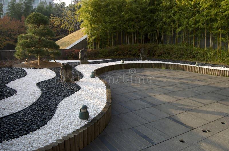Jardin de zen avec des pierres et des bambous de yinyang image stock