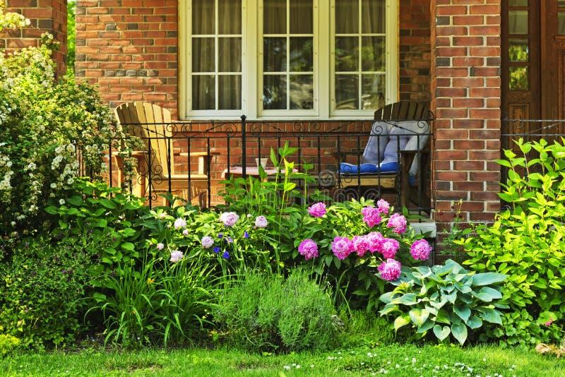 Jardin devant la maison photographie stock libre de droits