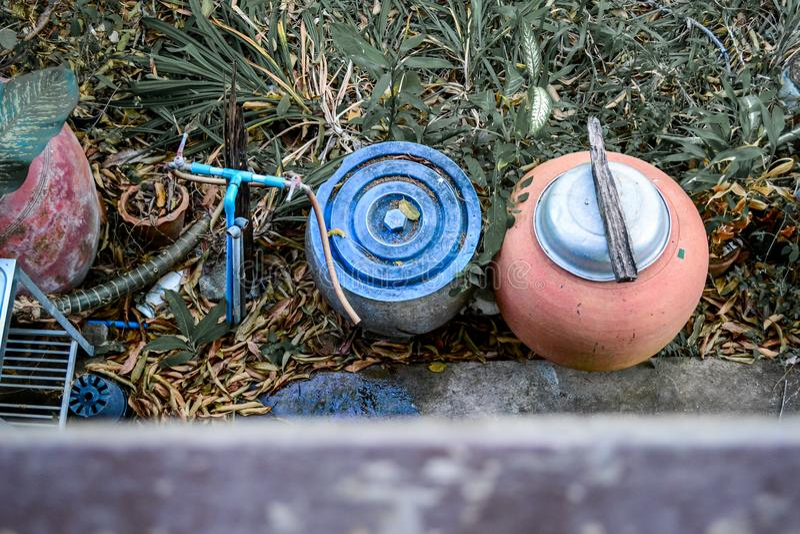 Jardin encombré dans la campagne images libres de droits