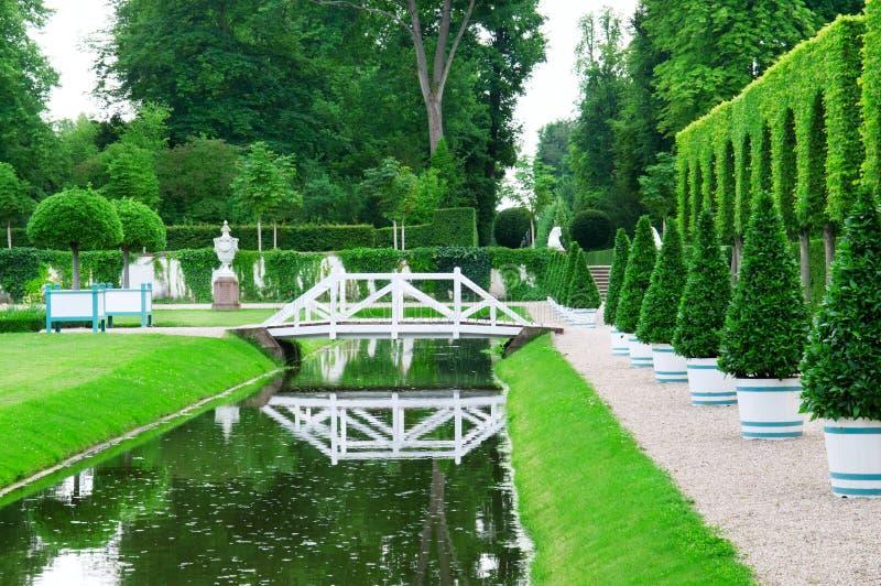 Jardin et étang délicieux photo stock