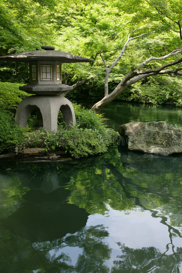 Jardin et étang japonais image stock