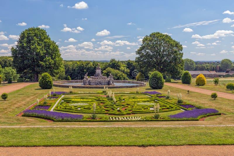 Jardin et Flora Fountain, cour de Witley, Worcestershire, Angleterre photo stock