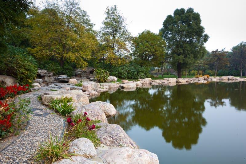Jardin et lac photos stock