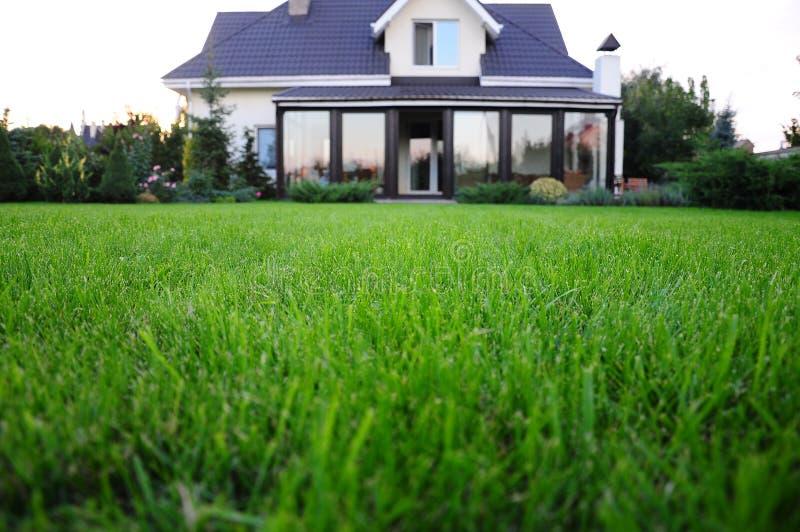 Jardin et maison photo stock
