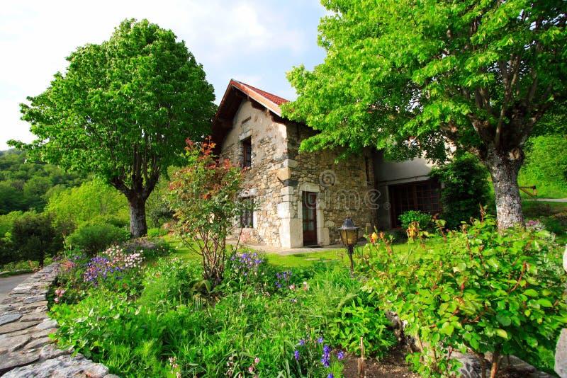 Jardin et maison français images stock