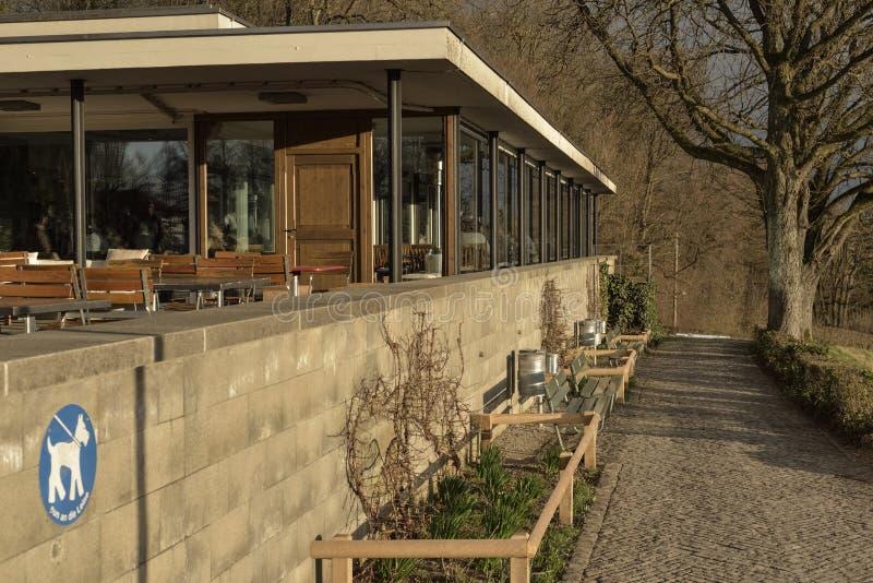 Jardin et restaurant de Rosengarten sur le coucher du soleil switzerland image stock