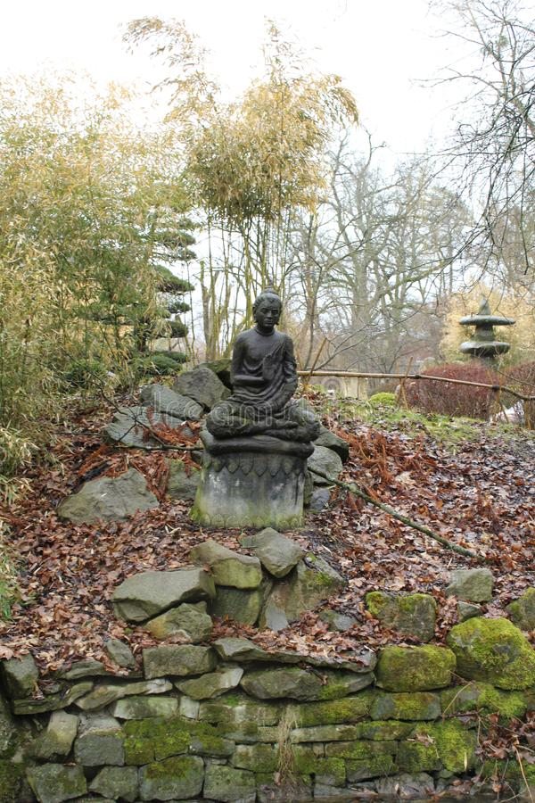 jardin et sculpture de style japonais photographie stock libre de droits