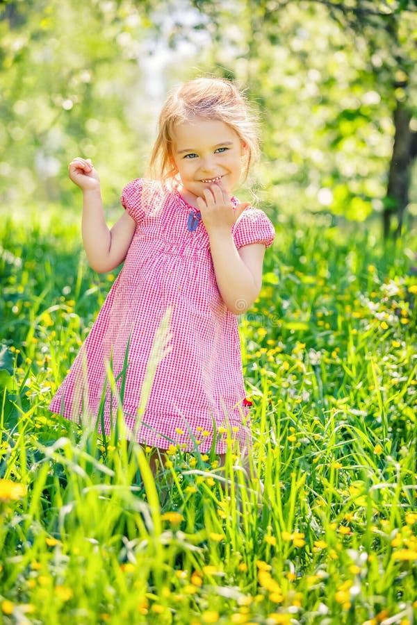 Jardin heureux de petite fille au printemps photo stock