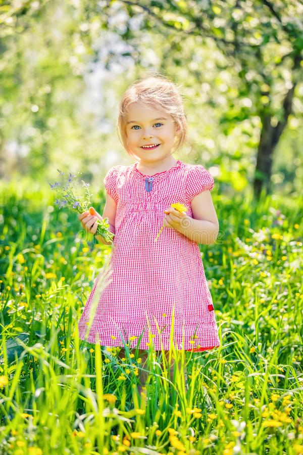 Jardin heureux de petite fille au printemps photographie stock