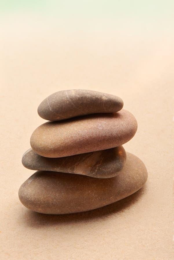 Jardin japonais de pierre de zen sur le sable images libres de droits