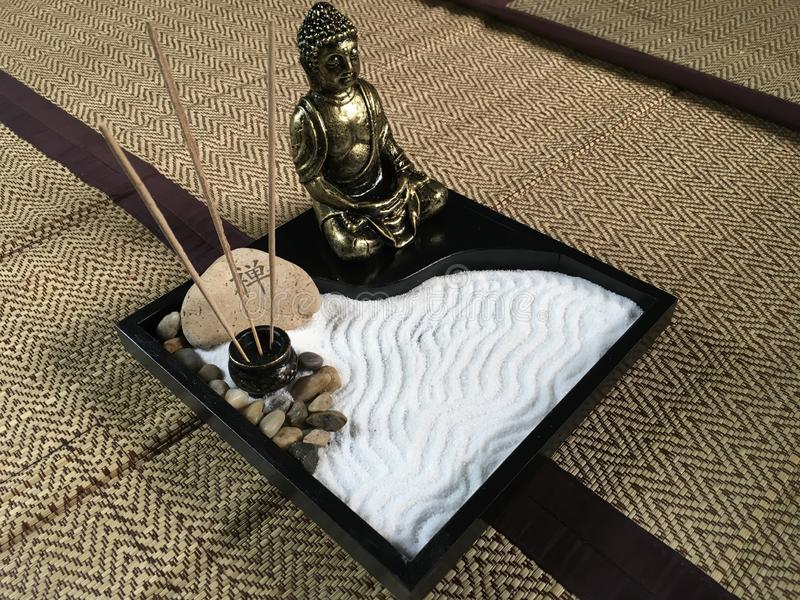 Jardin japonais de plateau de zen avec la statue en bronze de Bouddha images stock