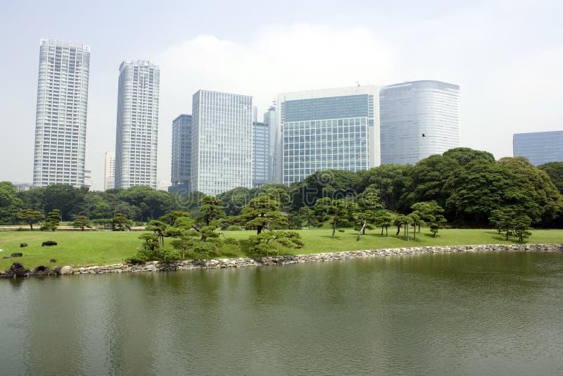 Jardin japonais environnant d'immeubles de bureaux image stock