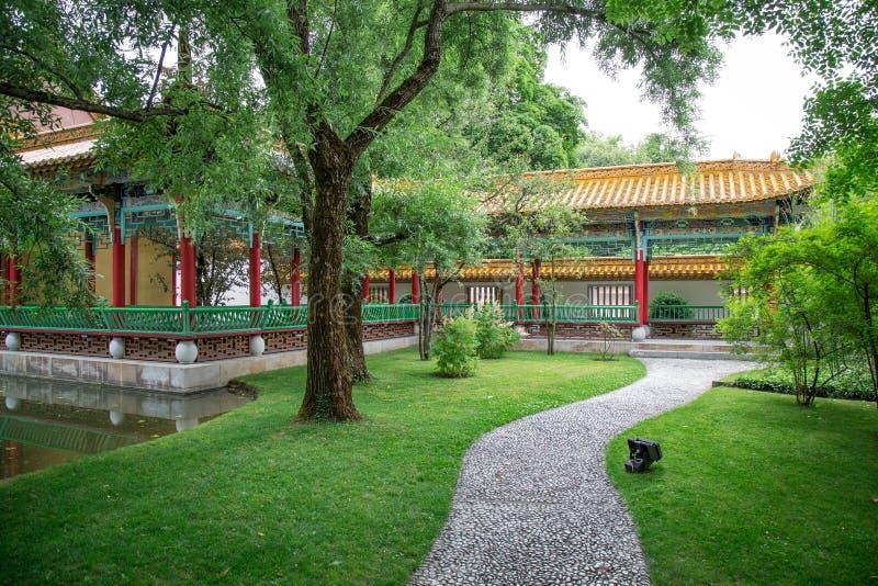Jardin japonais traditionnel image stock image du arbres for Arbres jardin japonais