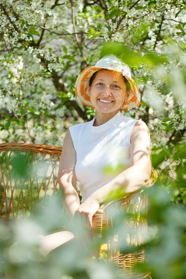 Jardin mûr de femme au printemps images stock