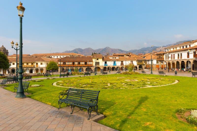 Jardin moulu de défilé et bâtiments historiques de Cuzco au coucher du soleil photos stock
