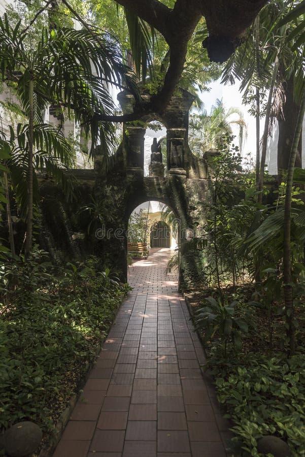 Jardin muré dans le Parroquia San Pedro Claver, Carthagène image stock