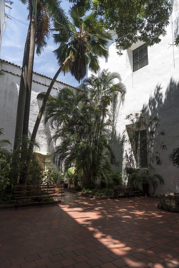 Jardin muré dans le Parroquia San Pedro Claver, Carthagène images libres de droits