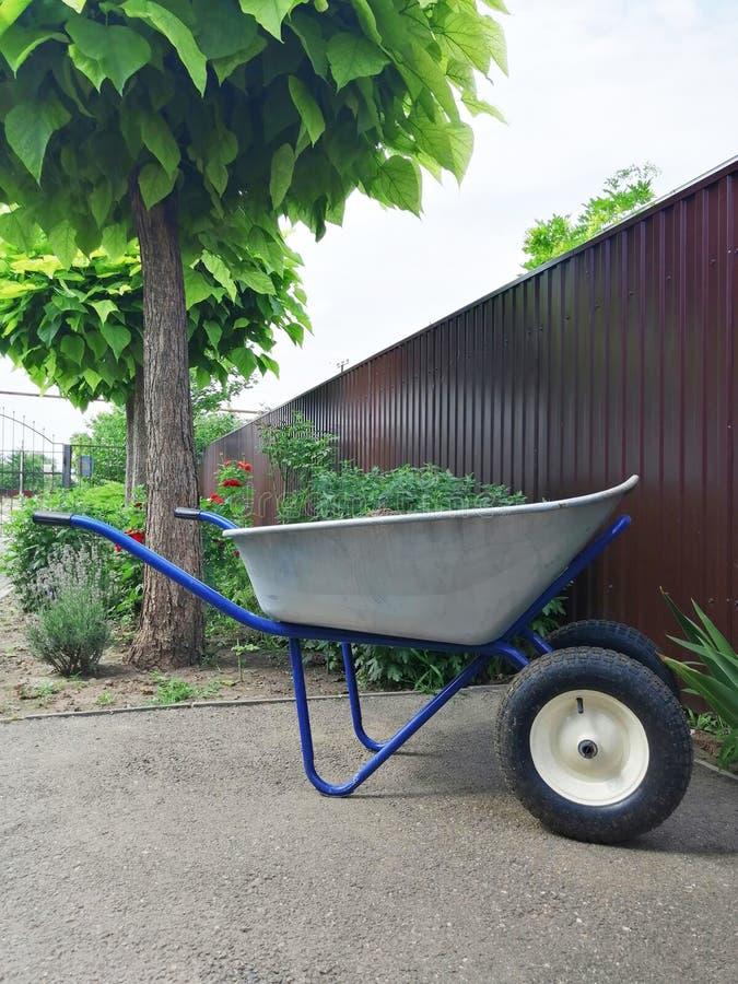 Jardin ou construction en acier sur deux roues pour le chariot de la cargaison images libres de droits