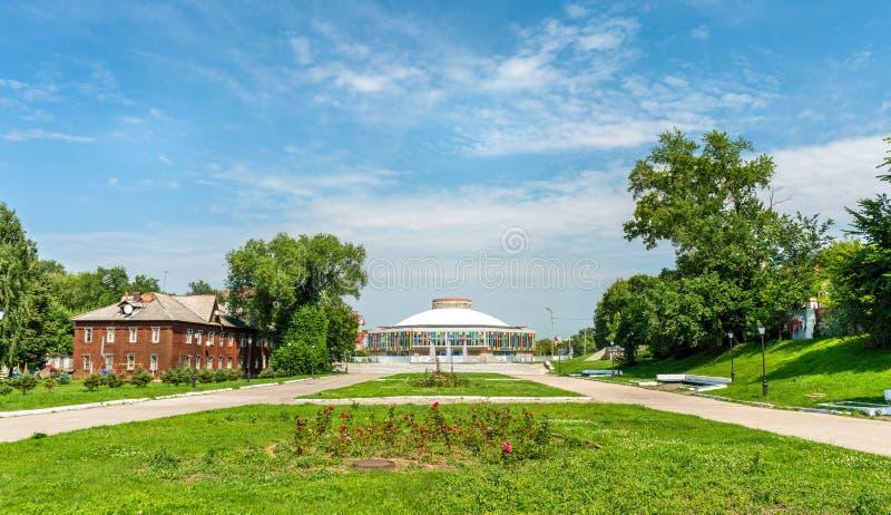 Jardin public avec le bâtiment de cirque à Riazan, Russie image stock
